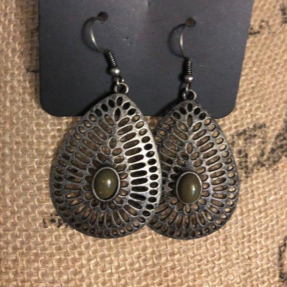 Paparazzi tear drop earrings with green bead